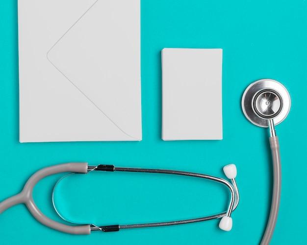 Vue de dessus stéthoscope médical avec enveloppes
