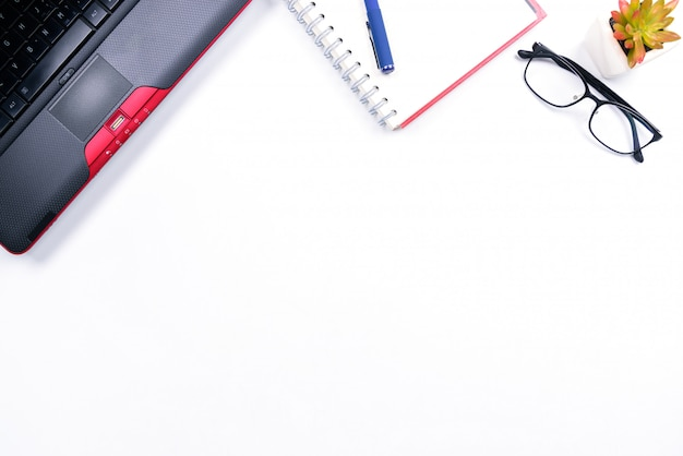 Vue de dessus ou style plat avec espace de copie d'espace de travail avec ordinateur portable, stylo, cahier, lunettes