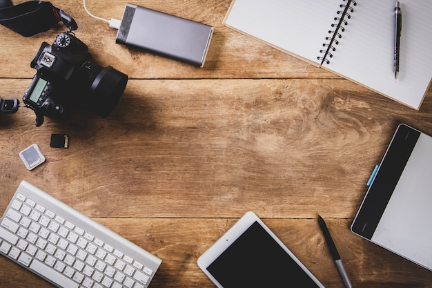 Vue de dessus style vintage du photographe consistant en une caméra, un clavier, un téléphone intelligent