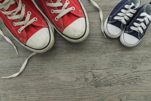 Vue de dessus de la surface en bois avec des chaussures rouges et bleues