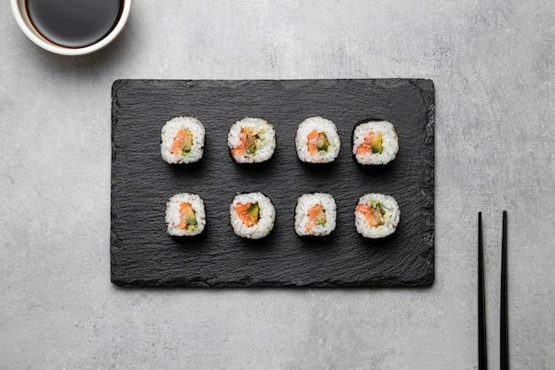 Vue de dessus sushi à bord