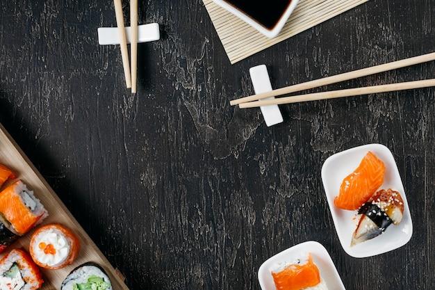 Vue de dessus sushi japonais traditionnel avec espace copie
