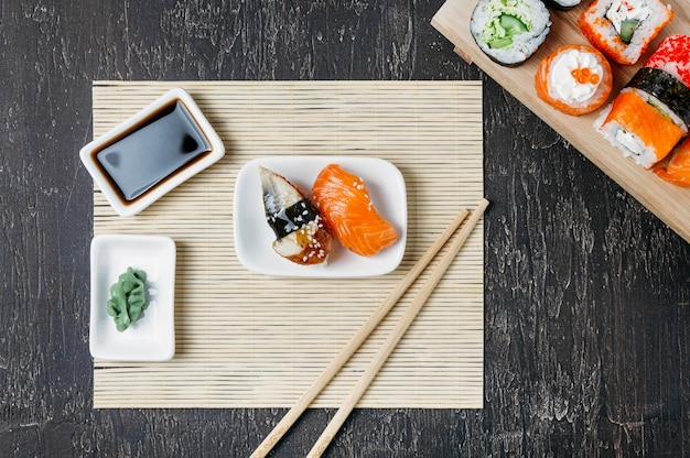 Vue de dessus sushi japonais traditionnel