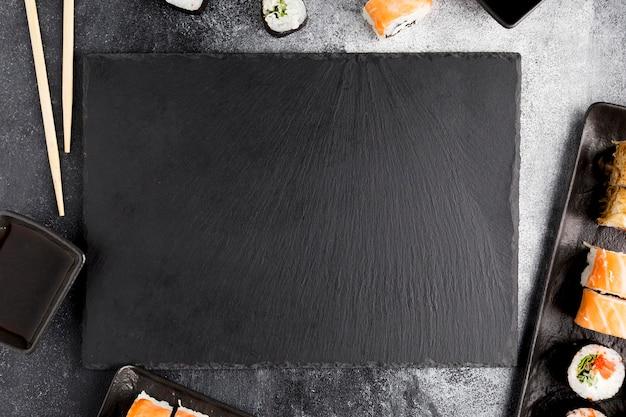 Vue de dessus sushi sur table
