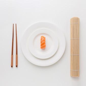 Vue de dessus des sushis frais avec des baguettes