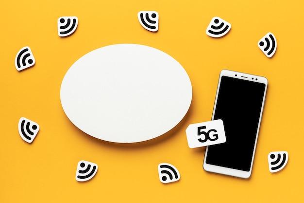 Vue de dessus des symboles wi-fi avec smartphone et carte sim