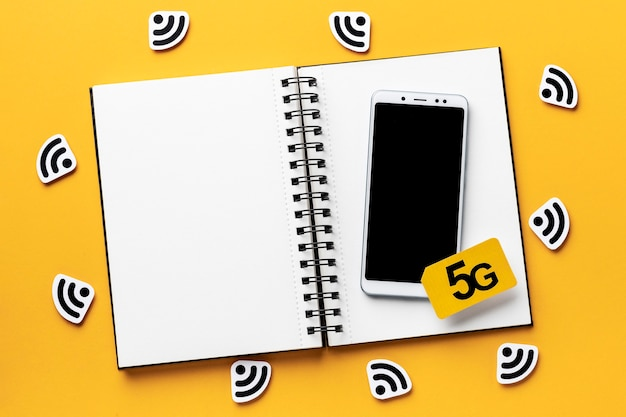 Vue de dessus des symboles wi-fi avec smartphone et ordinateur portable