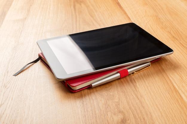Vue de dessus de la table avec des accessoires de bureau