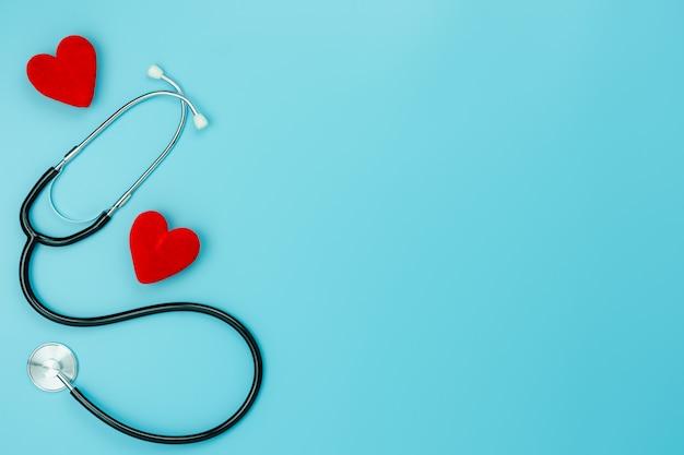 Vue de dessus de table aérienne des accessoires de soins de santé et médicaux.