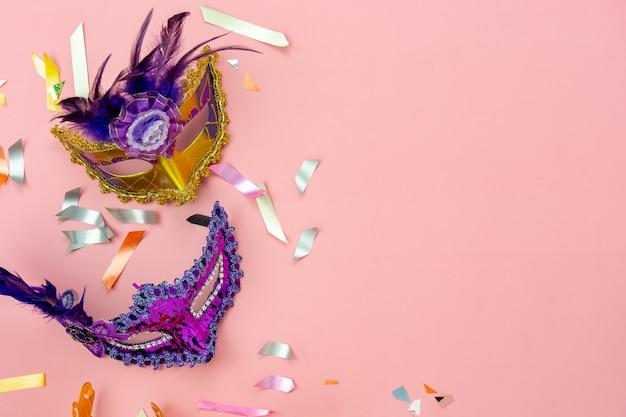 Vue de dessus de table aérienne de la belle saison du carnaval coloré ou accessoire de photomaton mardi gras background.