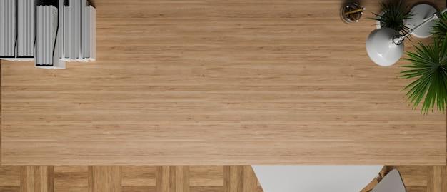 Vue de dessus de la table en bois avec espace de copie pour l'affichage décoré de lampe de table végétale et de papeterie
