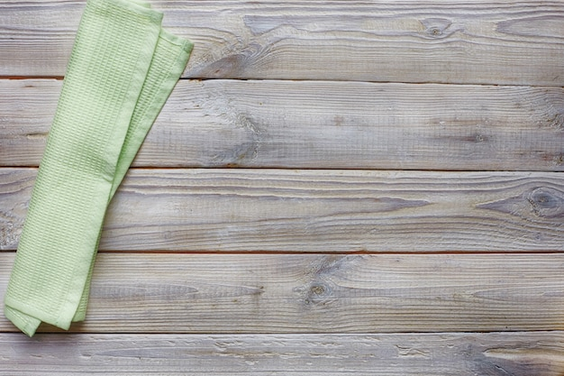 Vue de dessus de table en bois gris antique. serviette vert clair.