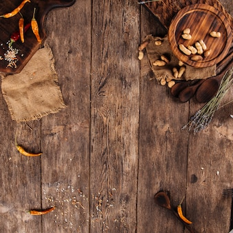 Vue de dessus de la table en bois avec des noix et des poivrons