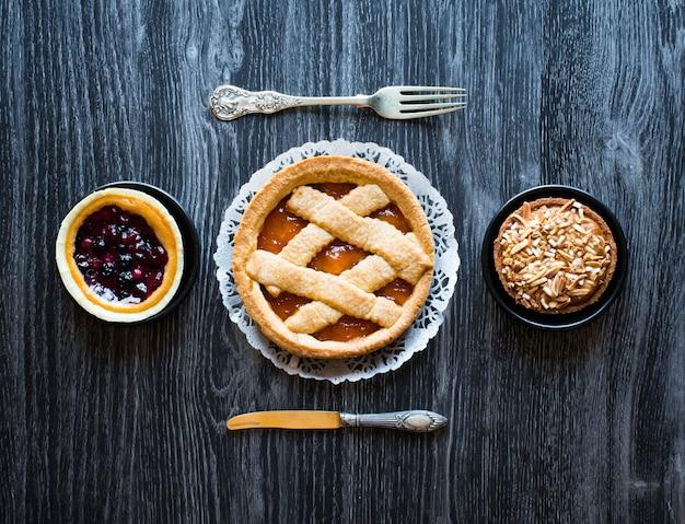 Vue de dessus d'une table en bois petit déjeuner complet des aliments sucrés classiques.