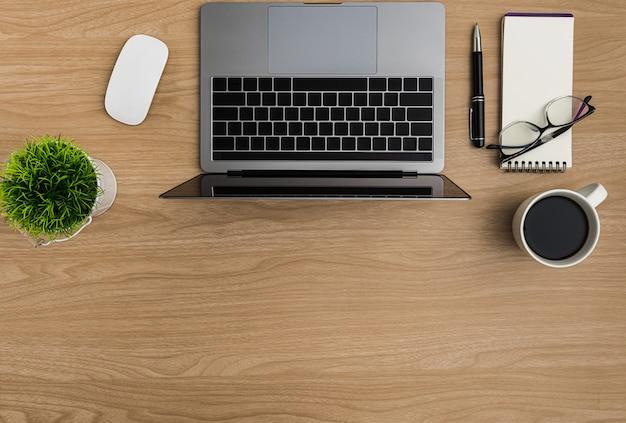 Vue de dessus table de bureau en bois. espace de travail plat