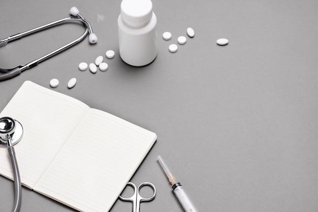 Vue de dessus de la table de bureau du médecin avec stéthoscope et articles médicaux. mise à plat.