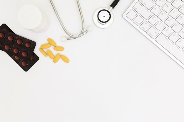 Vue de dessus de la table de bureau du médecin