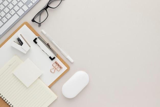 Vue de dessus de table de bureau avec fournitures de bureau, table beige avec espace de copie, composition de lieu de travail de couleur beige, mise à plat
