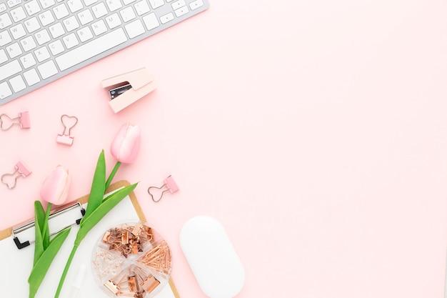 Vue de dessus de table de bureau avec fournitures de bureau, table rose avec espace de copie, composition de lieu de travail de couleur rose, mise à plat