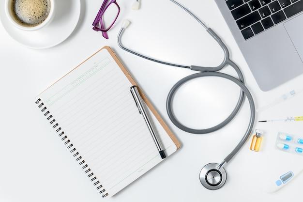 Vue de dessus de la table de bureau de médecin avec stéthoscope