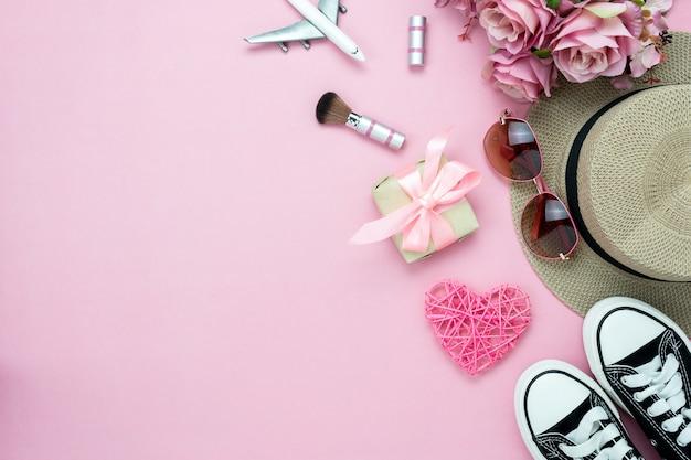 Vue de dessus de table de décorations saint valentin et femmes cosmétiques.