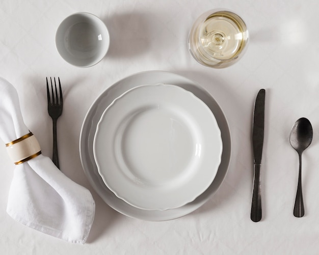 Vue de dessus de la table de dîner de hanoucca avec assiettes