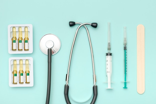 Vue de dessus de la table du médecin avec stéthoscope et autres équipements