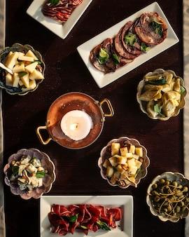 Vue de dessus sur la table servie avec différents apéritifs gastronomiques