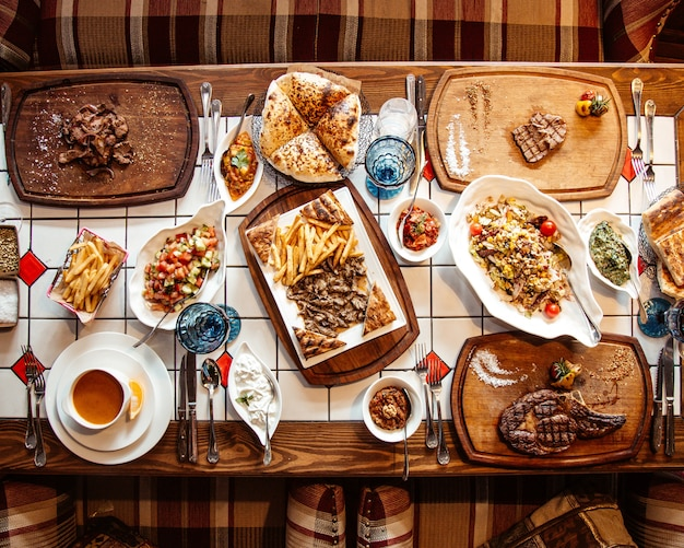 Vue de dessus, table servie avec plusieurs repas et collations
