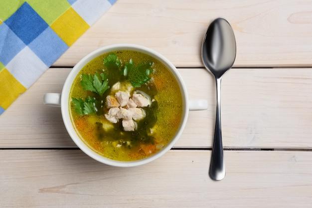 Vue de dessus de table avec soupe de poisson servie