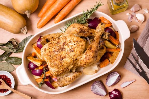 Vue de dessus de la table de thanksgiving avec plat de poulet rôti