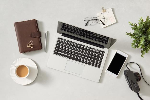 Vue de dessus de la table de travail de concepteur, blogueur ou photographe