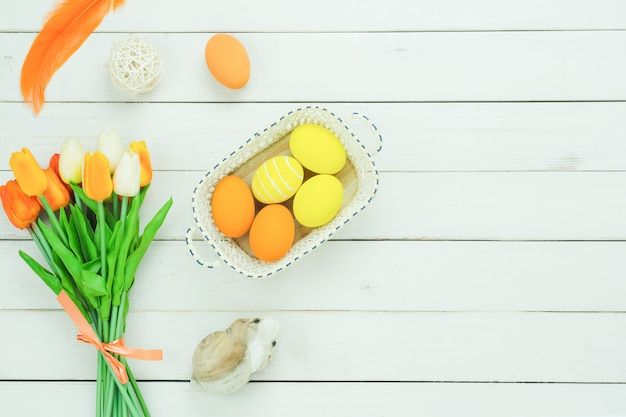 Vue de dessus de table vue de décorations joyeuses fêtes de pâques.
