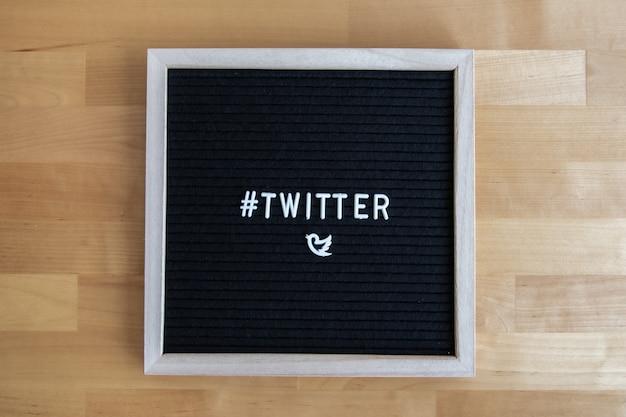 Vue de dessus d'un tableau noir avec citation twitter