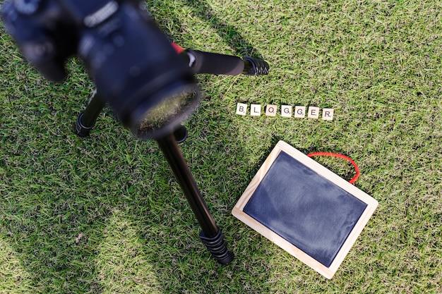 Vue de dessus tableau noir sur l'herbe