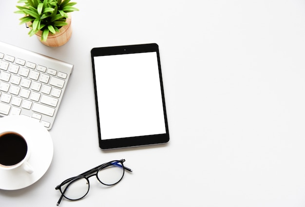 Vue de dessus tablette, smartphone, souris et clavier sur le bureau.