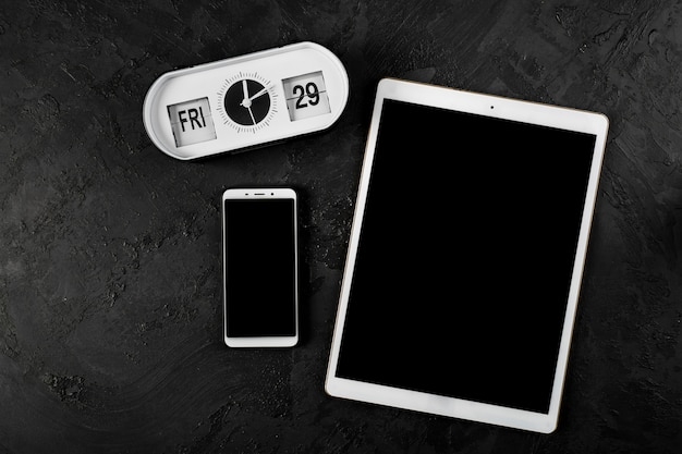 Vue de dessus de tablette et téléphone sur fond uni