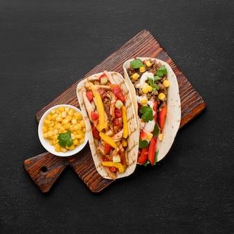 Vue de dessus des tacos frais avec de la viande et des légumes biologiques