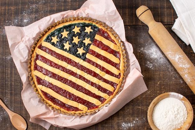 Vue de dessus tarte au drapeau américain sur papier sulfurisé