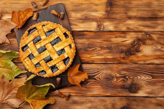 Vue de dessus de la tarte aux baies sur table en bois