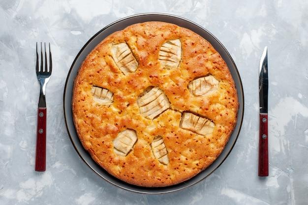 Vue de dessus de la tarte aux pommes à l'intérieur du moule sur le fond clair biscuit gâteau au sucre