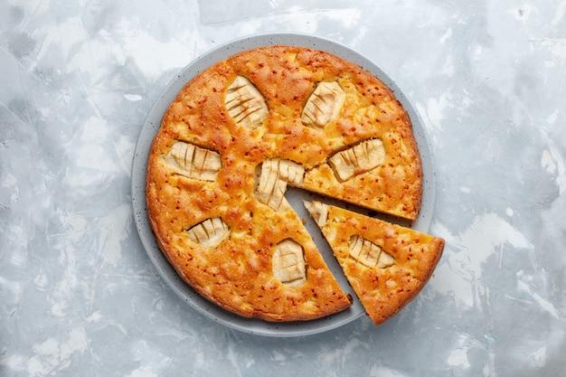 Vue de dessus tarte aux pommes à l'intérieur de la plaque sur le fond clair gâteau au sucre biscuit tarte au four sucré