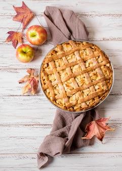 Vue de dessus de la tarte aux pommes pour thanksgiving avec des feuilles d'automne