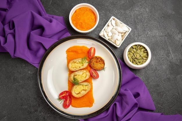 Vue de dessus tarte aux pommes de terre en tranches avec citrouille sur fond gris foncé tarte cuire au four gâteau chaud