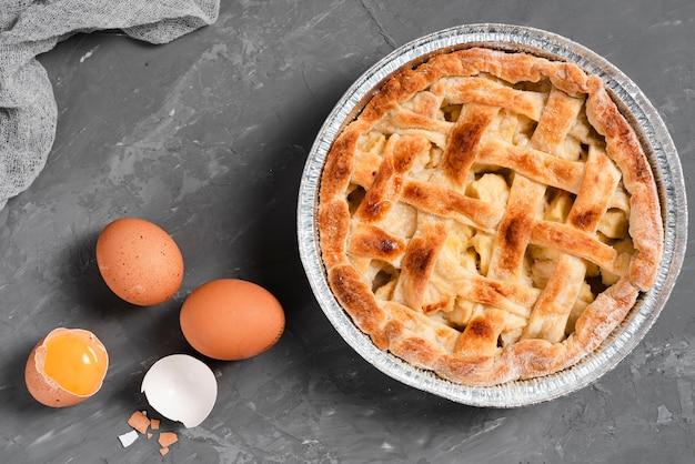 Vue de dessus de la tarte et des œufs