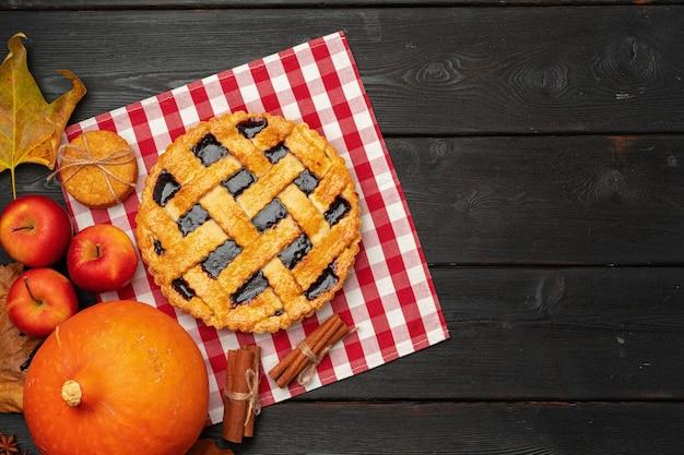 Vue de dessus d'une tarte de thanksgiving américaine traditionnelle vue de dessus sur planche de bois