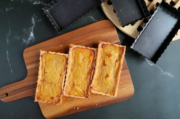 Vue de dessus des tartelettes de citrouille juste cuites au four sur twooden breadboard