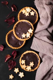 Vue de dessus des tartes au chocolat prêtes à être servies