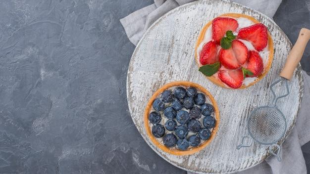 Vue de dessus des tartes aux fruits avec tamis et espace copie
