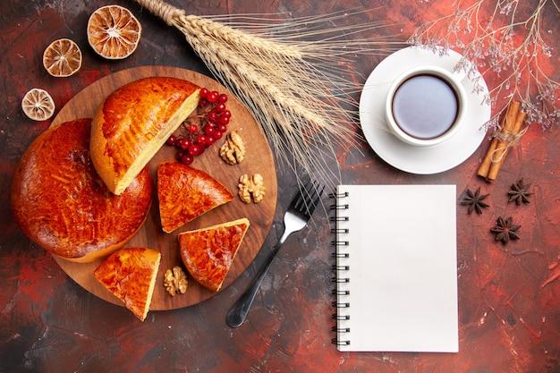 Vue de dessus des tartes sucrées avec tasse de thé